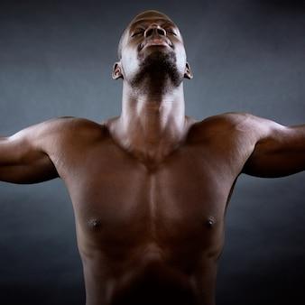 Homme musclé avec les bras tendus. Concept de liberté.