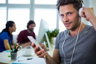 Homme musique graphique d'écoute de concepteur de téléphone mobile
