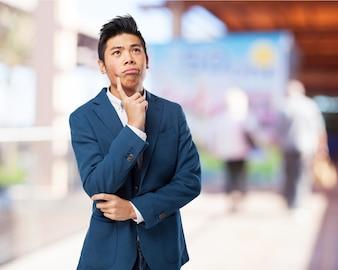 Homme Pensive avec un doigt sur sa joue