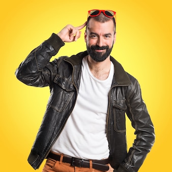 Homme portant une veste en cuir sur fond coloré