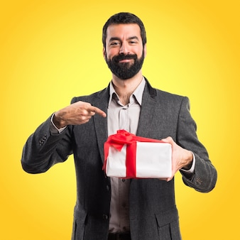 Homme, tenue, cadeau, coloré, fond