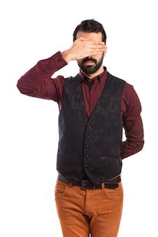 Homme vêtu d'un gilet recouvrant les yeux