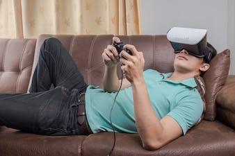 Homme vêtu de lunettes de réalité virtuelle en regardant des films ou en jouant à des jeux vidéo. La conception de casque vr est générique et pas de logos.