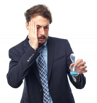 Homme Worried regardant un sablier