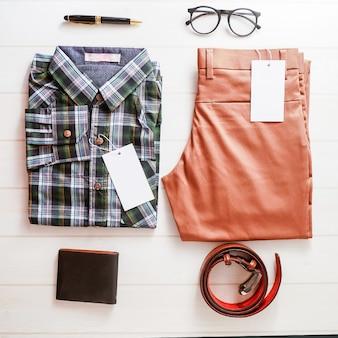 Hommes Vêtements et accessoires sur fond blanc en bois