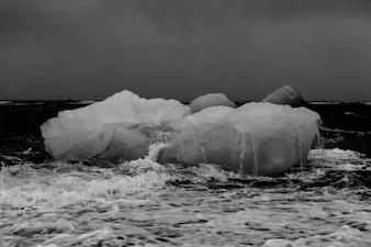 Iceberg dans la mer