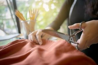 Image d'un créateur de mode créateur créateur de tissu sur mesure dans la salle de costumes