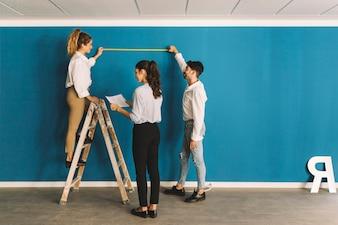 Ingénieurs devant un mur bleu