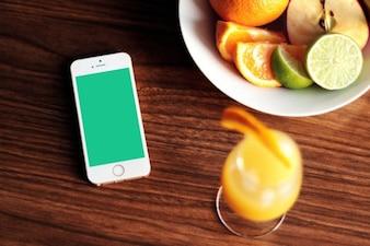 iPhone 5s maquette avec des fruits