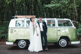 J'adore les jeunes mariés posant sur la fourgonnette
