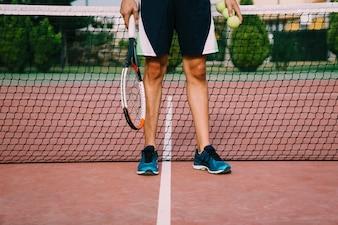 Jambières du joueur de tennis devant le filet