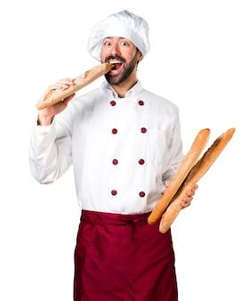Jeune boulanger tenant du pain