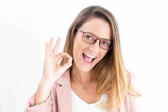Jeune femme d'affaires excitée montrant un bon geste