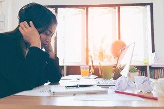 Jeune femme d'affaires fatiguée du travail au bureau
