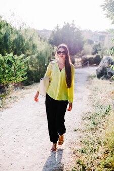 Jeune femme élégante dans le parc