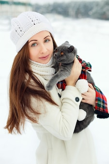 Jeune femme embrassant un chat
