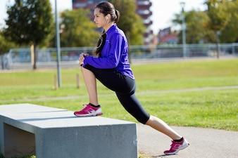 Jeune femme étiré et se préparer à courir