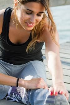 Jeune femme faisant des flexions près de la mer