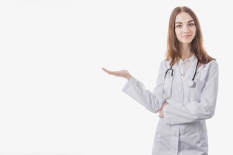 Jeune femme médecin montrant sur le côté