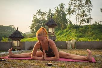 Jeune femme yoga stretching