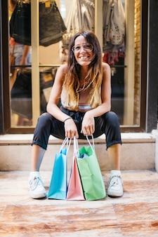 Jeune fille souriante avec des achats