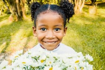 Jeune fille souriante avec une fleur