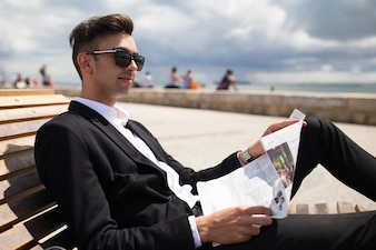 Jeune homme d'affaires positif jouissant d'une promenade