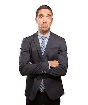 Jeune homme d'affaires préoccupé faisant un geste de tristesse