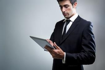Jeune homme d'affaires utilisant la tablette numérique