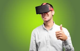 Jeune homme utilisant des lunettes virtuelles