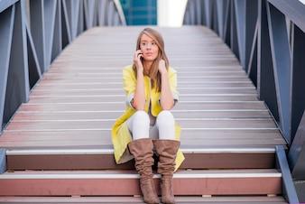 Jeune jolie femme parlant au téléphone cellulaire sur Bridge - femme ayant une conversation au smartphone