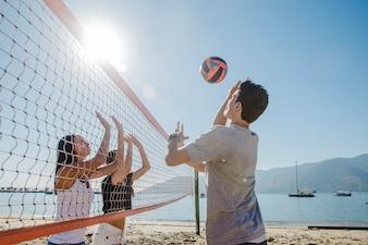 Jeunes garçons jouant sur la plage