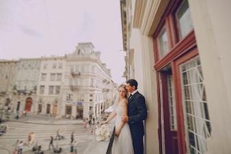 Jeunes mariés profiter sur le balcon