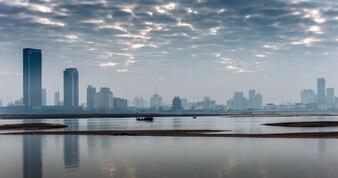 Jiangxi ville de la province de Nanchang Ganjiang River des deux côtés du bâtiment, le matin