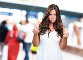 Jolie jeune femme faisant un mauvais geste