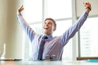 Joyeux, affaires, homme, levage, bras, bureau, bureau