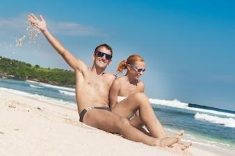 Joyeux couple de plage