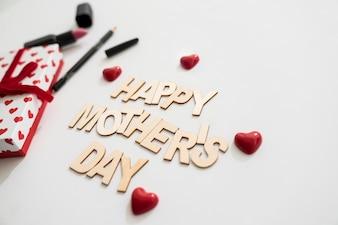 Joyeux jour de la fête des mères avec les coeurs et l'eye-liner