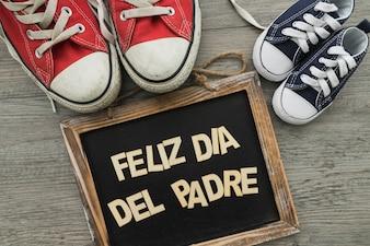 Joyeux jour du père avec ardoise décorative et chaussures