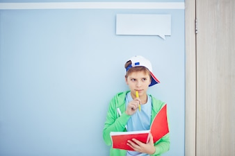 kid Clever penser avec un ordinateur portable