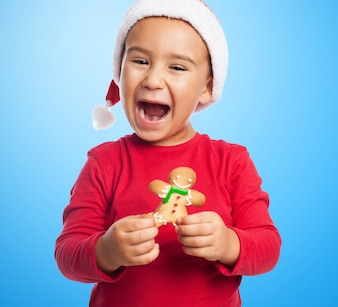 Kid Enthousiaste tenant un pain d'épices