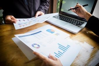 L'équipe commerciale travaille sur un nouveau plan d'affaires avec un ordinateur numérique moderne