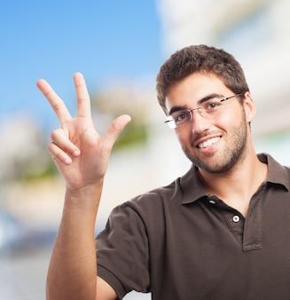 L'homme avec trois doigts levés