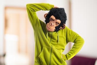 L'homme de singe qui pense au fond blanc sur un fond non focalisé