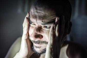 L'homme malade est déprimé. Faites-lui aimer dans le monde seul. Aucune solution et solution au problème.