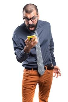 L'homme parle avec le mobile