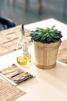 L'huile d'olive à côté d'une plante dans un restaurant