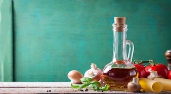 L'huile d'olive avec des tomates fraîches et champignons
