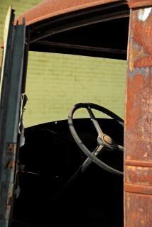La colonne de direction de la vieille Chevrolet à la lutte contre