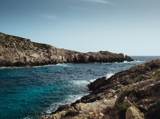 La mer contre les rochers